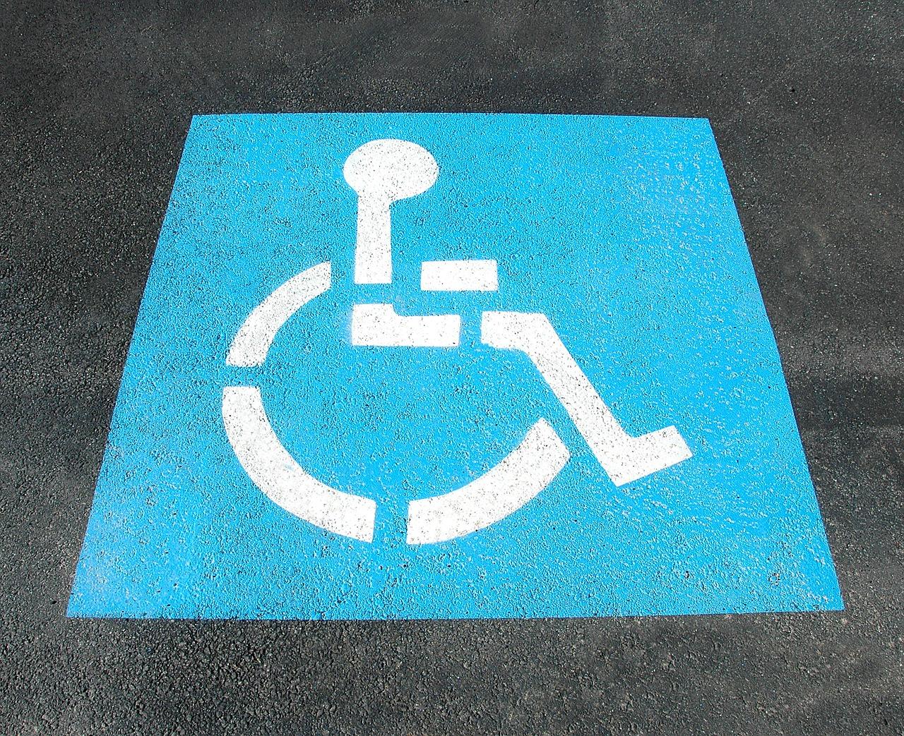 Foto do símbolo da acessibilidade pintado no chão.