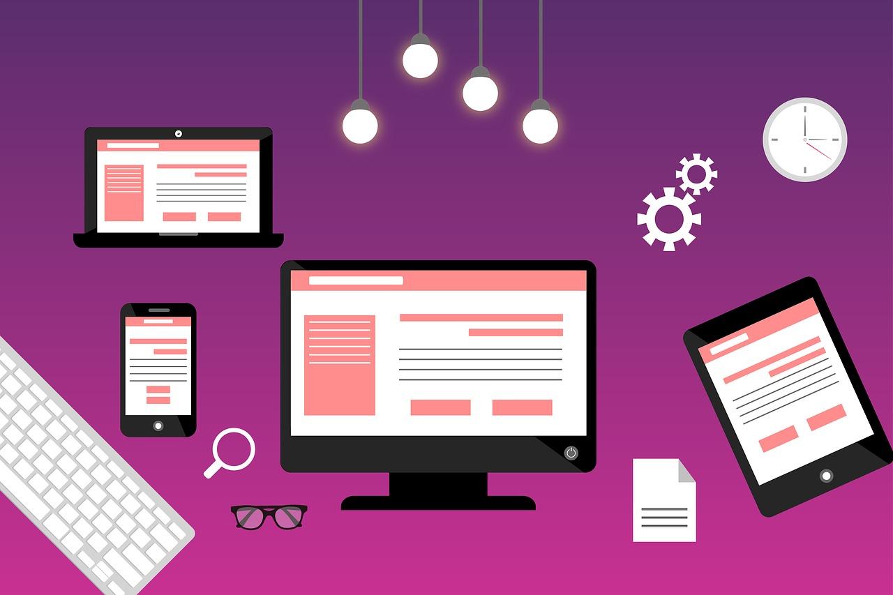 Arte com desenhos de diversos dispositivos eletrônicos. Ao centro, há uma tela de computador mostrando um site. Há quatro lâmpadas em cima. Ao redor dela, há um laptop, um celular e um tablet mostrando versões responsivas do mesmo site. Há também ícones de lupa, de óculos, de engrenagens, de um relógio e de um documento e o desenho de um teclado de computador.