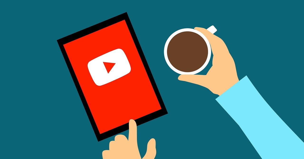 Ilustração de uma pessoa segurando uma xícara e tocando na tela de um tablet. Na tela, há o logo do YouTube.
