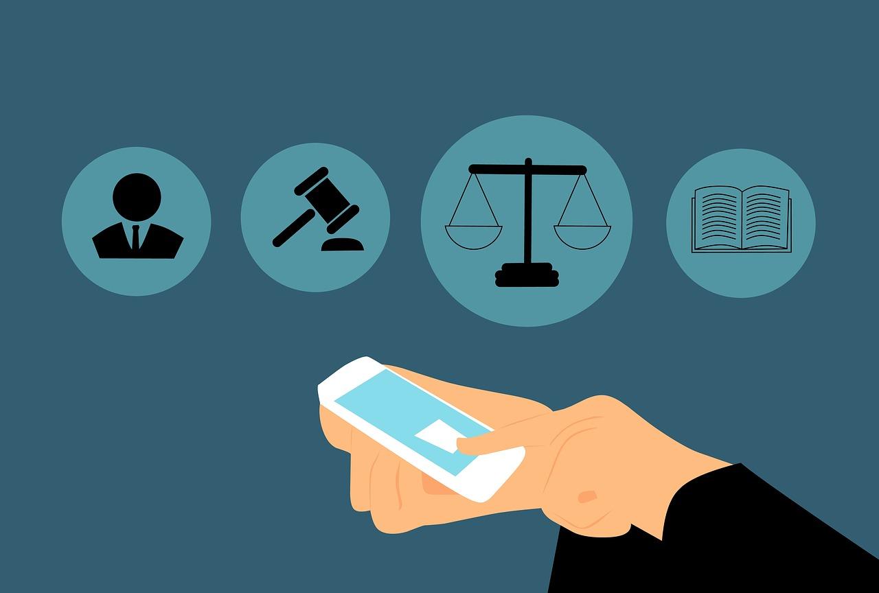 Ilustração de duas mãos segurando e tocando a tela de um celular. Há quatro ícones: de um homem, um martelo, uma balança em um livro aberto.