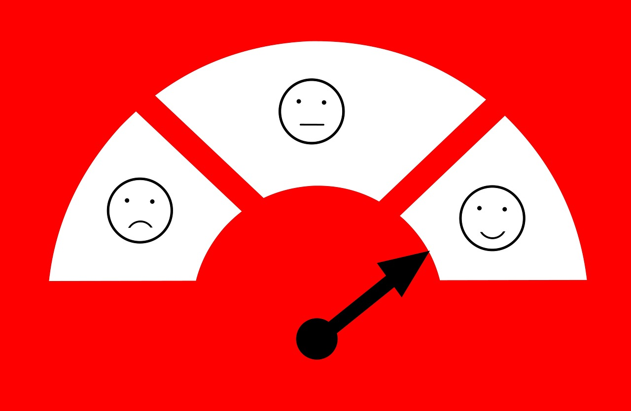 Ilustração mostrando três desenhos de rostos com expressões diferentes. O ponteiro para o rosto com sorriso.