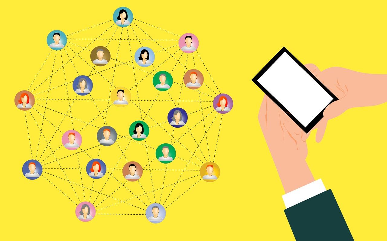 Ilustração de pessoa segurando um celular com as duas mãos. Ao lado, há diversos ícones de mulheres e homens conectados por linhas, formando um eneágono.