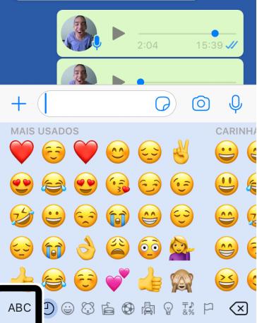 Reprodução de imagem de conversa no WhatsApp, que mostra dois áudios com foto de um jovem sorrindo. Abaixo, há diversos emojis e ícones: ABC, um globo com ponteiro, lâmpada, entre outros.